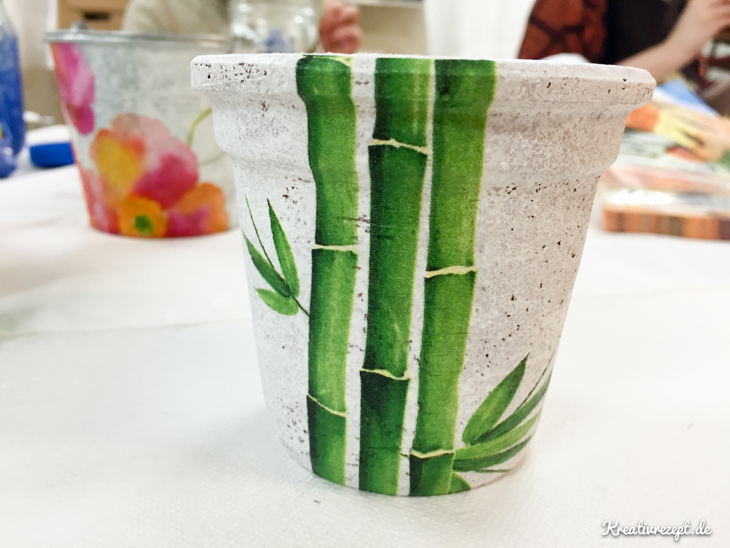 Terrakotta-Blumentopf mit Serviettentechnik