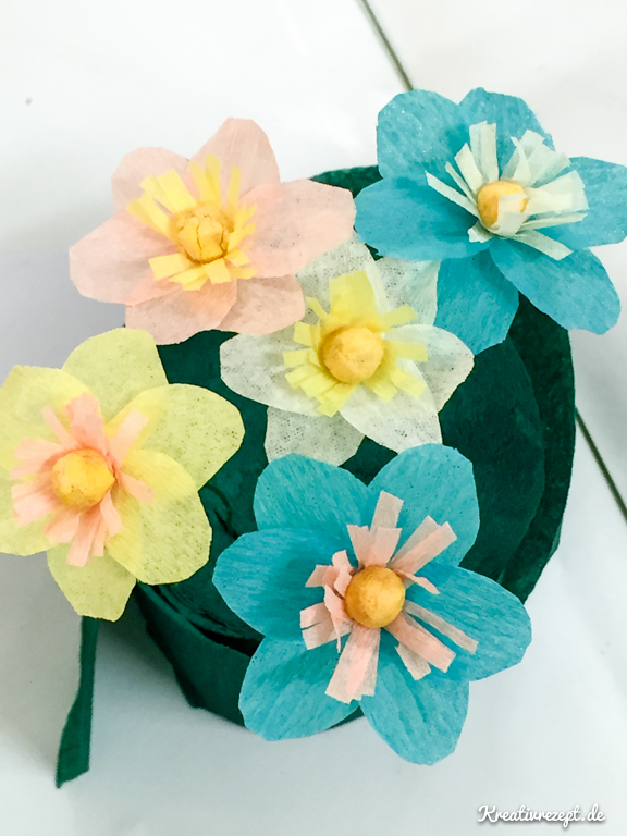 Papierblumen aus Blütenblättern mit Steg