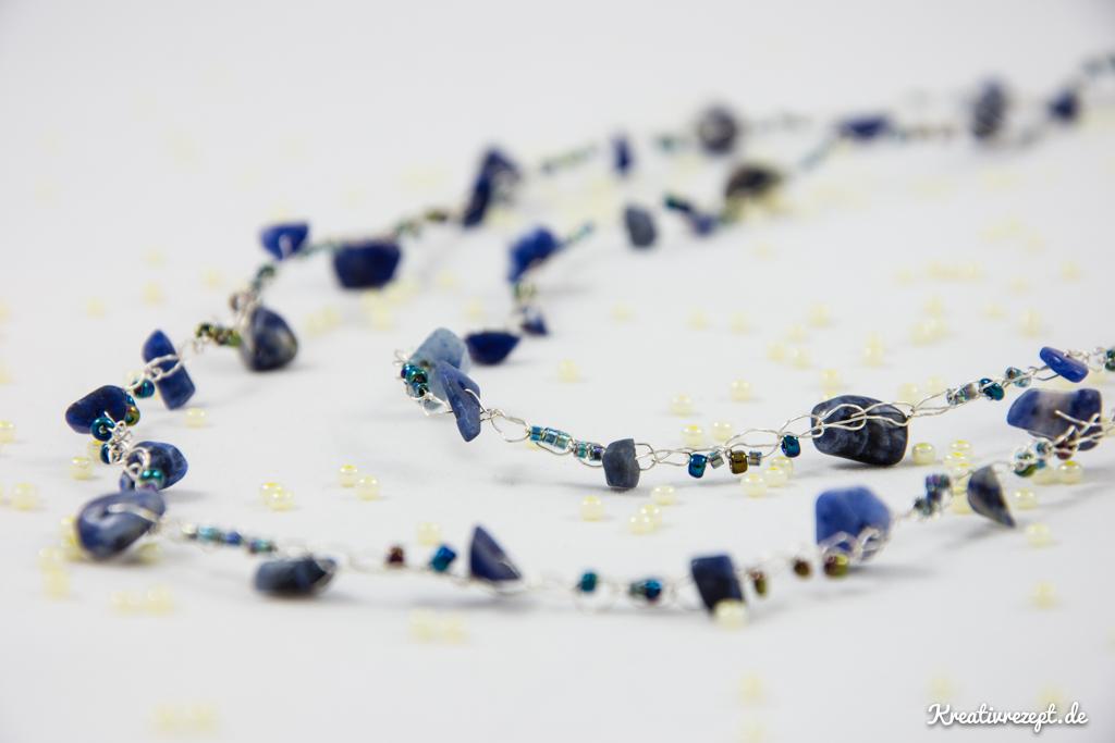 gehäkelte Perlenkette mit blauem Plaque